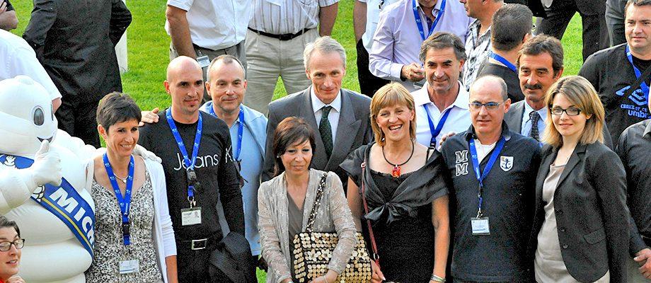 Jean-Dominique Senard entourés de personnes