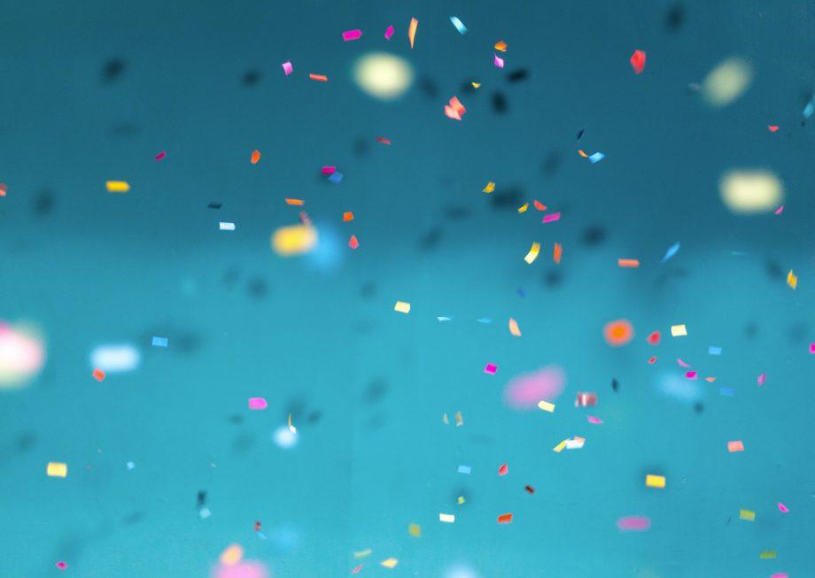 Confettis sur un fond bleu