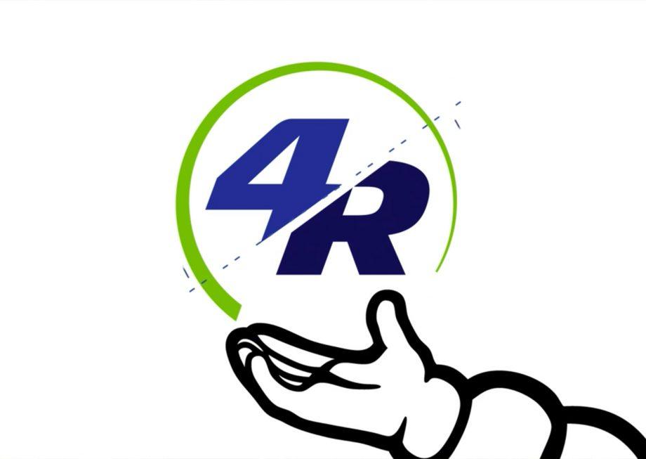 Bibendum tenant le logo de l'économie circulait de Michelin